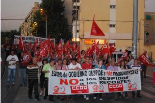 Unas 350 personas se manifiestan por las calles de Parla contra los 190 despidos del Ayuntamiento.