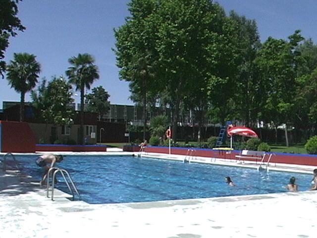 A la piscina mejor entre semana ser madrid sur for Piscina municipal de fuenlabrada