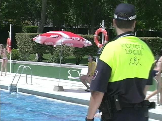La polic a municipal vigila las piscinas ser madrid sur for Piscina municipal fuenlabrada 2017